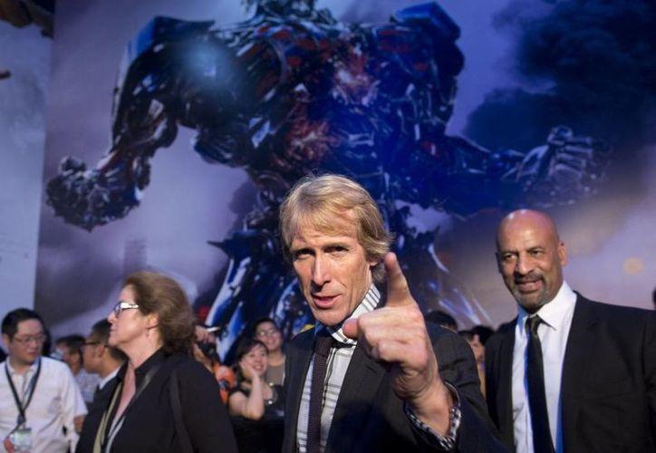 """Foto del 23 de junio del 2014,  en la que se ve al director Michael Bay (c), asistiendo al estreno del filme """"Transformers: Age of Extinction"""" en Beijing. (Agencias)"""