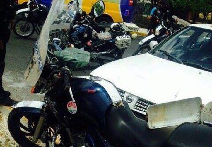 Taxista se impacta contra una motopatrulla. (Redacción/SIPSE)