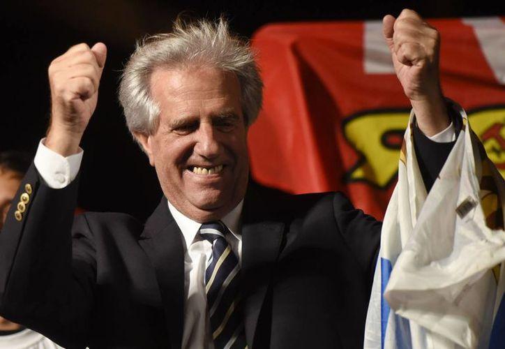 Tabaré Vázquez, candidato ganador de las elecciones de Uruguay este domingo, celebra su victoria frente a sus seguidores en la capital Montevideo. (AP)