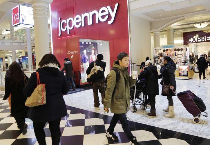 J.C. Penney redujo su pronóstico anual de un barómetro clave después de reportar una sorpresiva caída de ventas en momentos en que luchaba con un débil movimiento de ropa. (AP/Mark Lennihan)