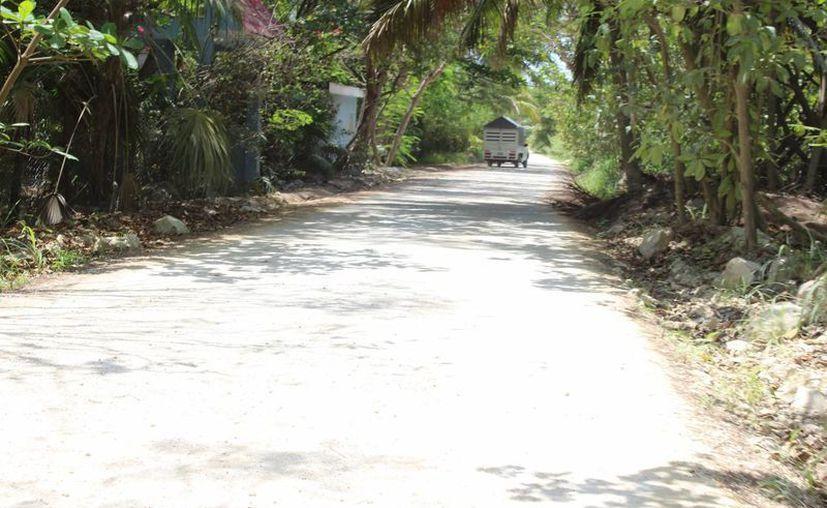 El deterioro de la vía se debe al paso de vehículos de empresas que transportan turistas a la reserva de Sian Ka´an. (Sara Cauich/SIPSE)