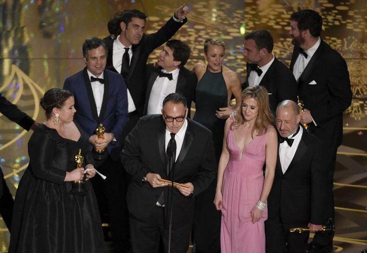Los protagonistas de 'Spothlight' y los productores de la cinta al recibir el galardón a la mejor película, durante la entrega del Oscar, en Los Ángeles. (AP)