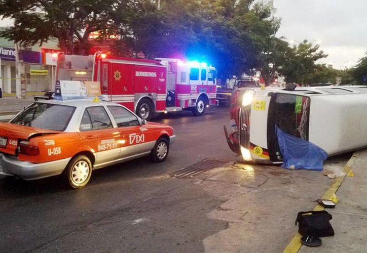 Al no usar el cinturón de seguridad, Oscar Enrique murió prensado por su propio vehículo en la avenida Itzaes. (Milenio Novedades)