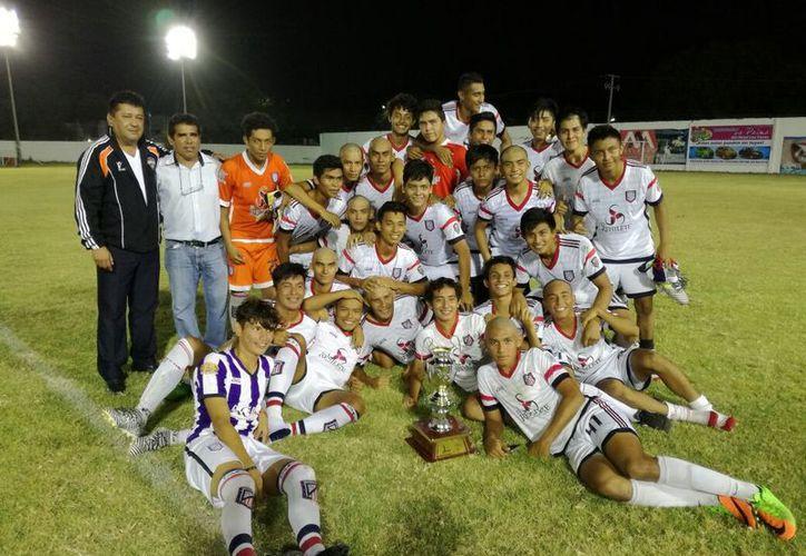 En muerte súbita, el Campeche FC superó a su rival y se quedó con el cetro que fue entregado por  el vicepresidente de los Tigrillos, Andrés Negrete. (Miguel Maldonado/SIPSE)