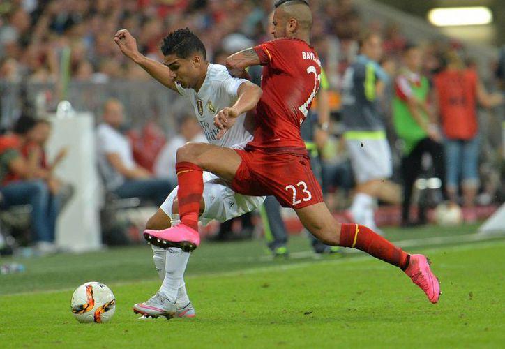 Arturo Vidal (d), nuevo jugador de Bayern, disputa el balón con Casemiro, del Real Madrid, en partido por la final de la Copa Audi ganado por el equipo alemán 1-0. (Foto: AP)