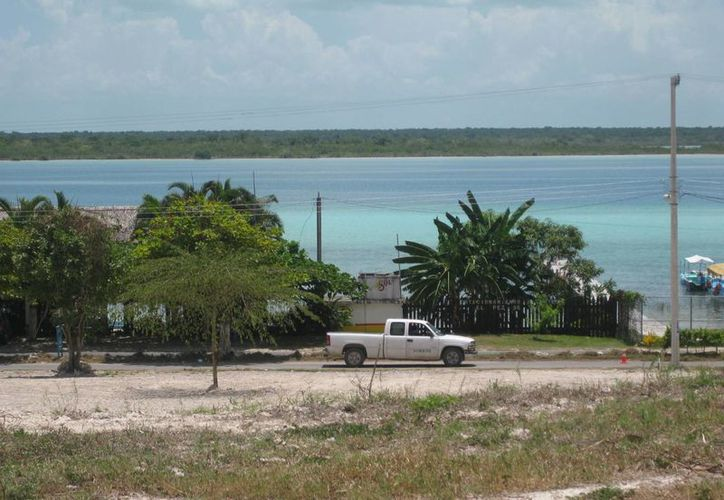 El sector hotelero lamenta que se esté contaminando la Laguna de los Siete Colores de Bacalar. (Javier Ortiz/SIPSE)