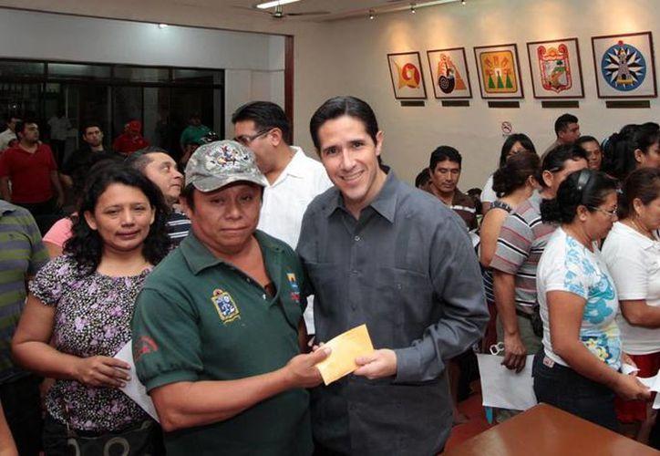 La entrega de apoyos fue en el Salón Municipios de Quintana Roo del Palacio Municipal. (Cortesía/SIPSE)