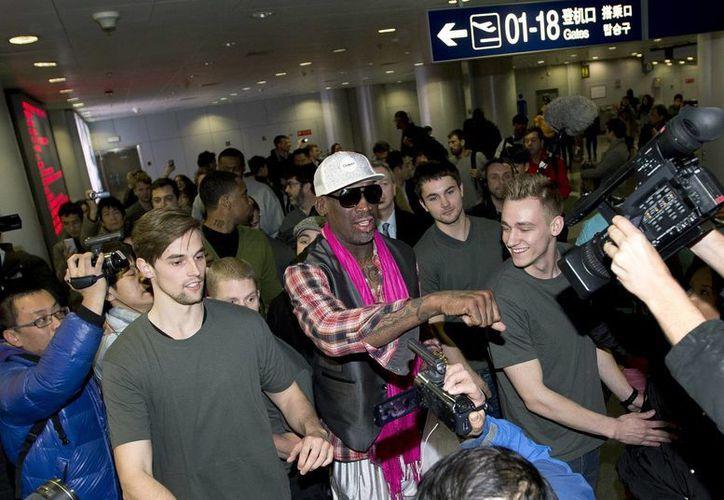 Dennis Rodman (c) fue recibido por decenas de fans a su llegada al aeropuerto de Pyongyang, Corea del Norte. (Agencias)