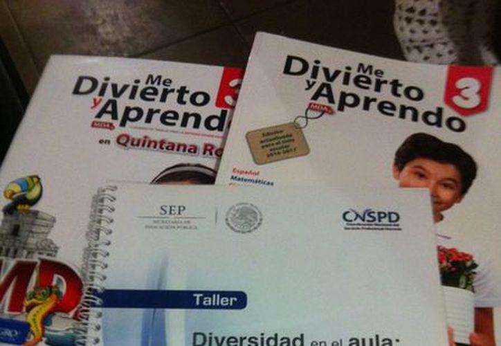 Una de las afectadas con residencia en Campeche mostró los libros que le vendió la acusada. (Joel Zamora/SIPSE)