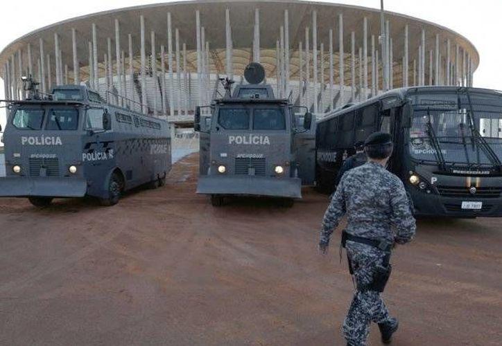 La policía brasileña en una de las sedes mundialistas en 2014. La seguridad es una de las prioridades en los Juegos Olímpicos tras los atentados en París de la semana pasada. (Archivo AP)