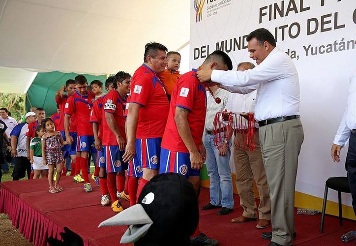 El Gobernador premió a los ganadores del Mundialito del Cereso 2014. La 'selección tica' se llevó la copa FIFA. (Cortesía)