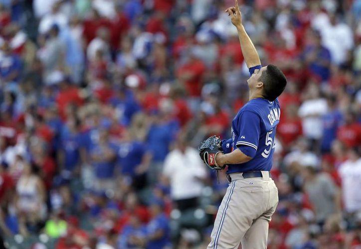 El lanzador mexicano de Toronto, Roberto Osuna, celebra la victoria ante los Rangers de Texas 8-4, en el cuarto juego de la Serie Divisional de la Liga Americana de las Grandes Ligas. (AP)