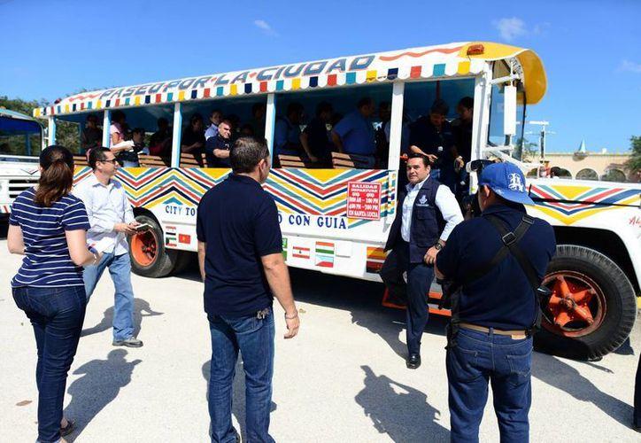 Autoridades municipales y representantes de los medios de comunicación realizaron ayer un recorrido en dos guaguas. (Luis Pérez/SIPSE)