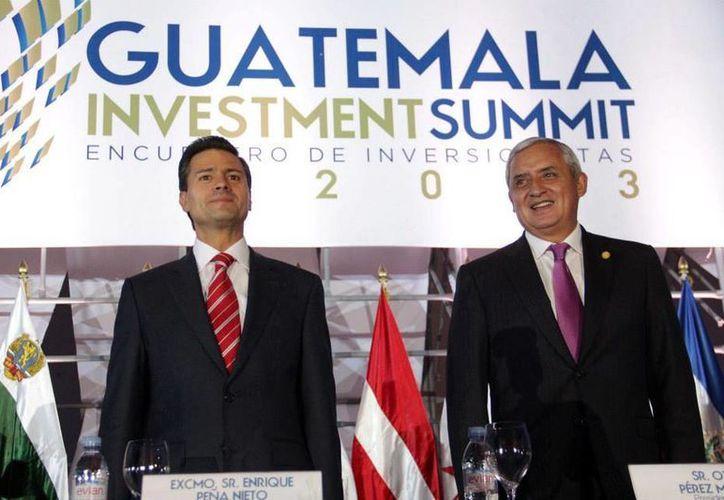 El mandatario mexicano acompañado del presidente de Guatemala, Otto Pérez Molina. (Facebook/Presidencia)