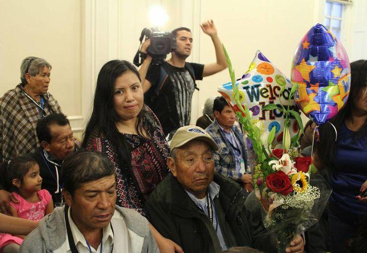 En una ceremonia donde abundaron sonrisas y lágrimas de felicidad, 87 familias de migrantes de de Puebla se reencontraron en Nueva York con sus padres a quienes vieron por última vez hace al menos una década. (Foto Notimex)