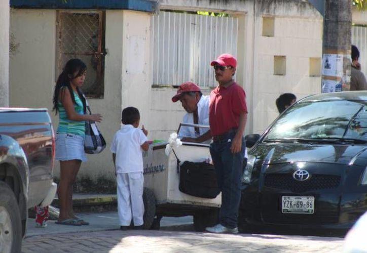 El departamento de fiscalización sanciona con mil 400 pesos a los vendedores ambulantes que violen el reglamento que los rige. (Irelis Leal/SIPSE)