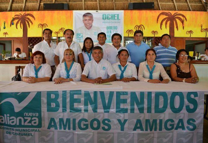 El candidato y equipo de colaboradores. (Gustavo Villegas/SIPSE)