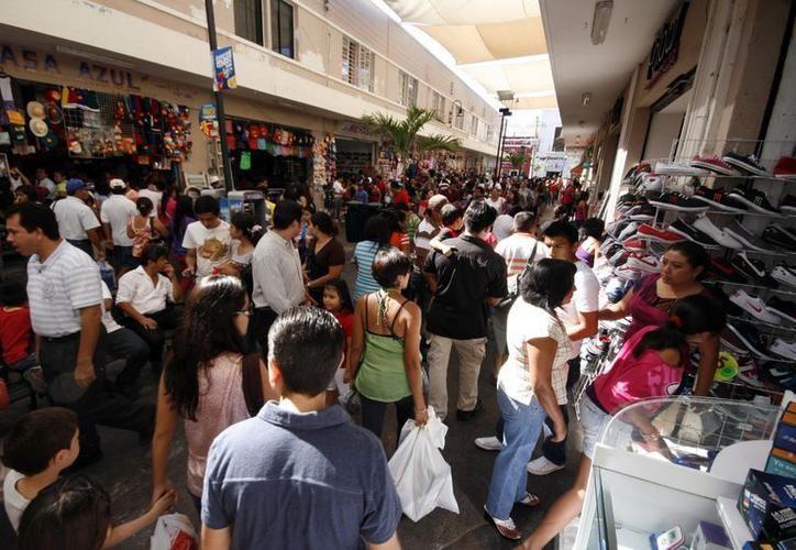 Locales y visitantes en busca de adquirir sus obsequios navideños con anticipación. (SIPSE)