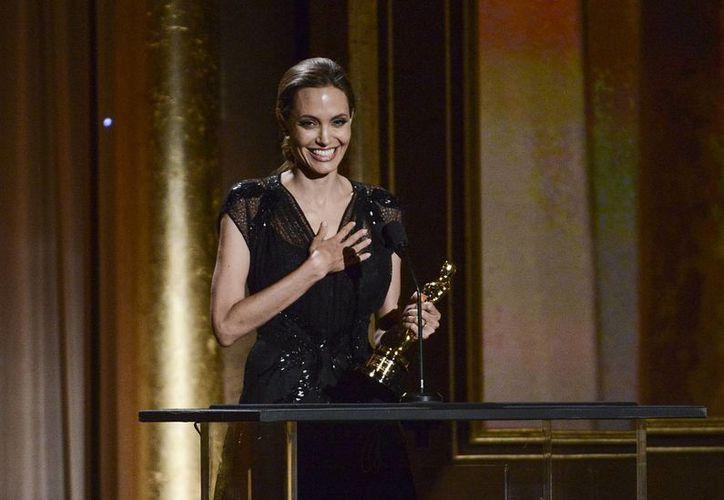 Jolie recibió el galardón de manos del director George Lucas. (Agencias)