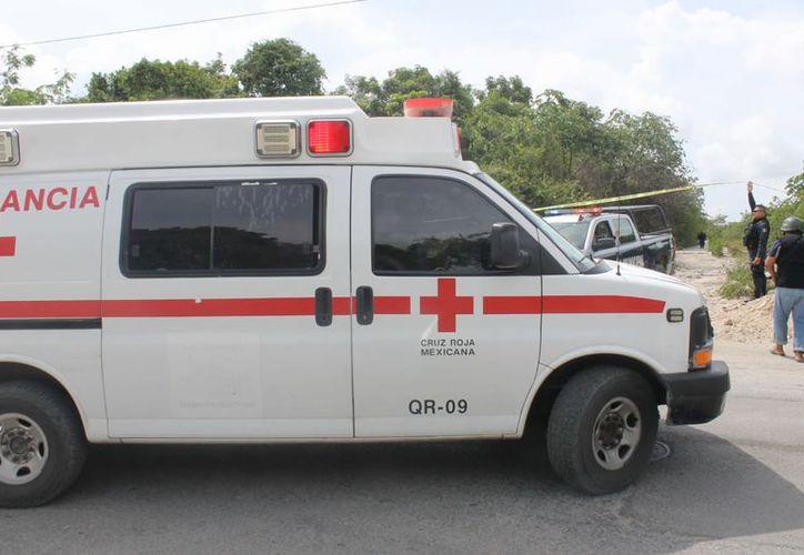 Elementos policíacos y paramédicos arribaron al lugar donde hallaron el cuerpo. (Redacción/SIPSE)
