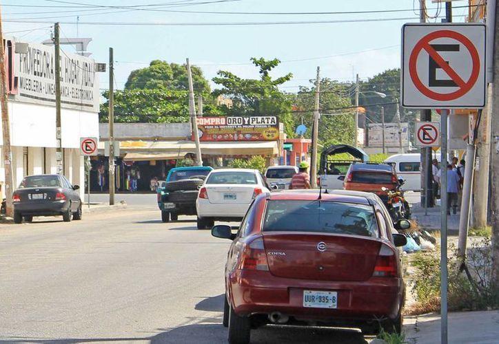 En un tramo de la avenida Torcasita hay 18 letreros que prohíben estacionarse, pero los conductores hacen caso omiso. (Jesús Tijerina/SIPSE)