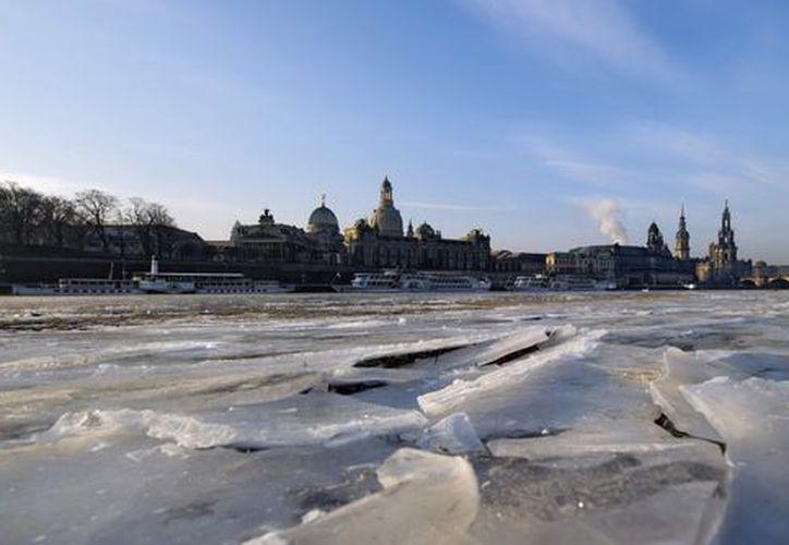 Una capa de hielo cubre el río Elba a su paso por Dresde. (EFE/Archivo)