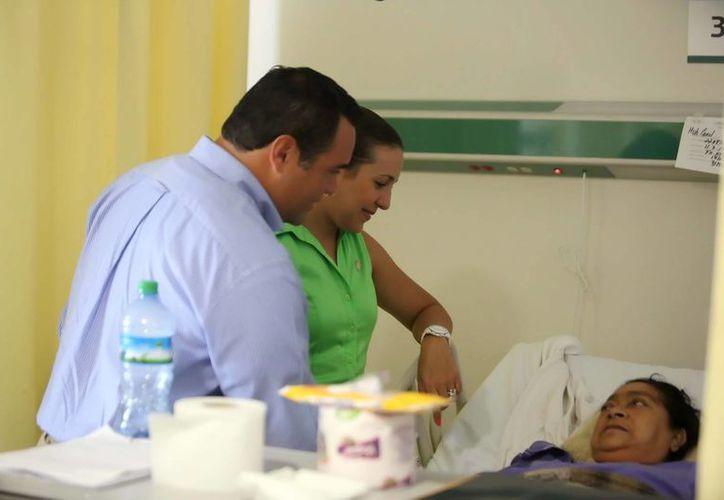 El alcalde Mérida, Renán Barrera, y su esposa Diana Castillo, platican con la lesionada María Anselma Huh Canul. (Cortesía)