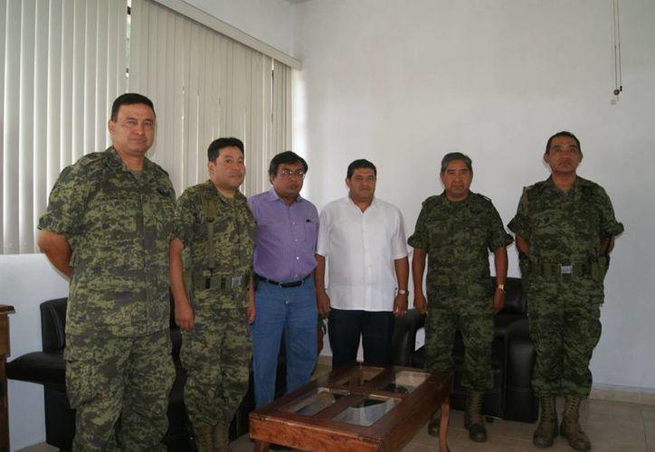 Personal de la Sedena y de la Unidad Estatal de Protección Civil durante la reunión de trabajo por la temporada de huracanes. (Milenio Novedades)