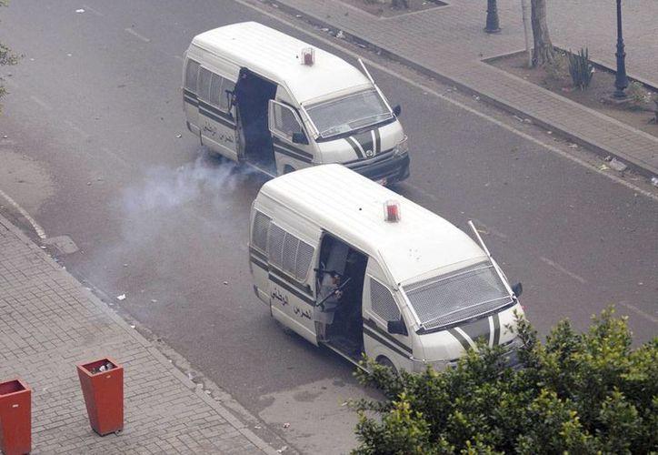 Al menos siete muertos en Túnez en una operación antiterrorista, seis de ellos presuntos terroristas, y un agente de la Guardia Nacional. La foto muestra dos camionetas antidisturbios en Túnez. (EFE/Archivo)