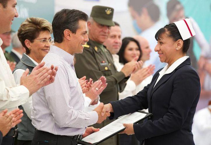 El presidente Enrique Peña aprovechó la inauguración de dos hospitales en Puebla para festejar a las enfermeras   en su día. (Notimex)