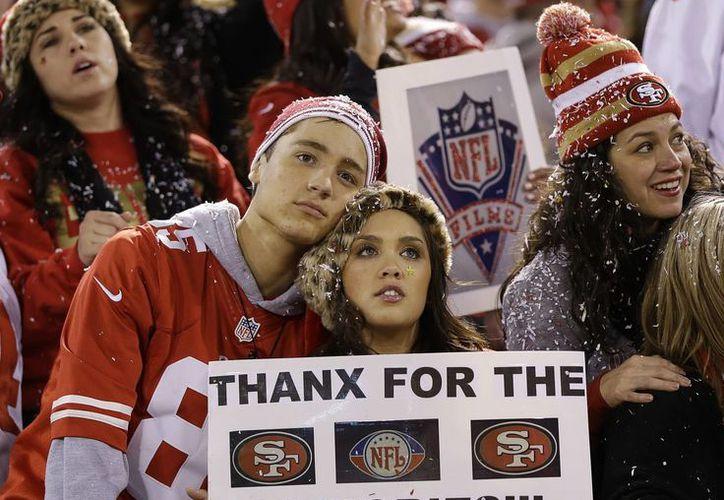 Aficionados de los 49ers de San Francisco observan los fuegos artificiales despuésl partido contra Atlanta en el estadio Candlestick de San Francisco, el lunes, 23 de diciembre de 2013. (Fopto: AP)