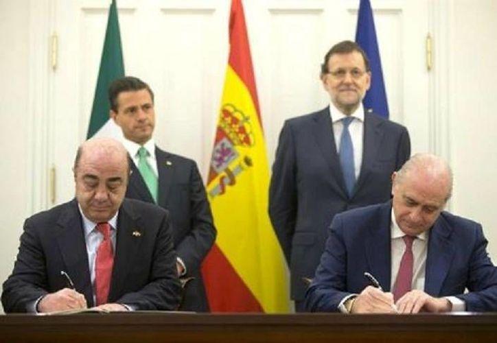 El titular de la PGR, Jesús Murillo Karam (i),  y el ministro del Interior de España, Jorge Fernández Díaz, durante la firma del convenio de cooperación en la lucha contra la delincuencia organizada. (EFE)