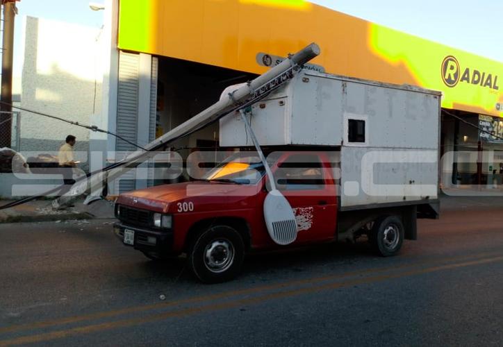 Los postes se impactaron contra unos vehículos que circulaban por la avenida. (E. Cauich/SIPSE)