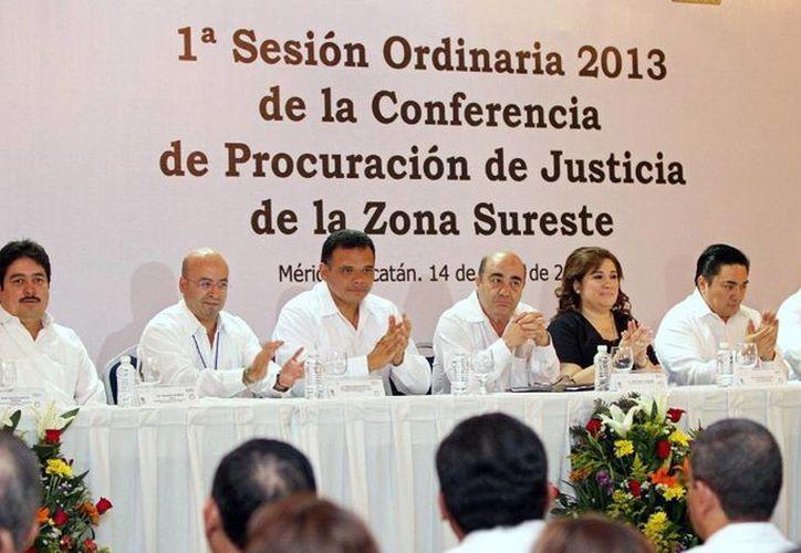 El Gobernador inauguró ayer la Primera Sesión Ordinaria de la Conferencia Nacional de Procuración de Justicia la asistencia de ocho entidades y de  titular de la PGR, Jesús Murillo Karam (c). (Cortesía)