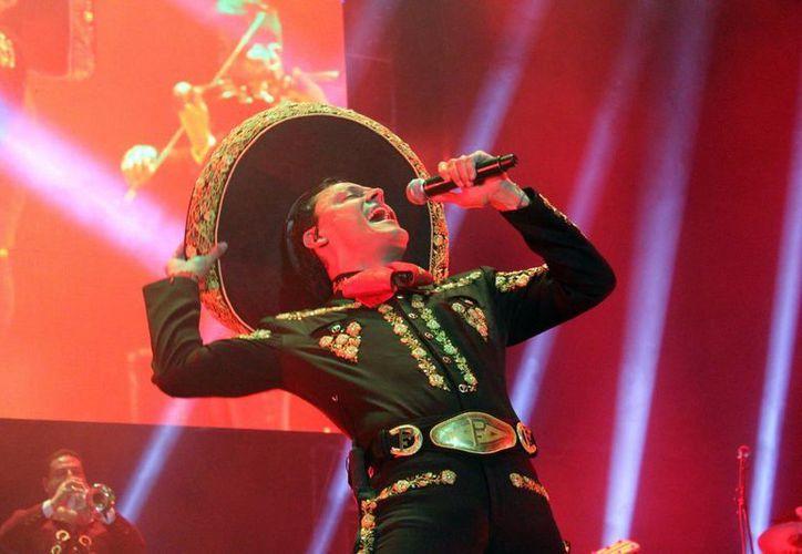 Pedro Fernández prepara los últimos detalles para grabar su nuevo disco, así como darle la bienvenida al Papa Francisco en su próxima visita a México. (Notimex)