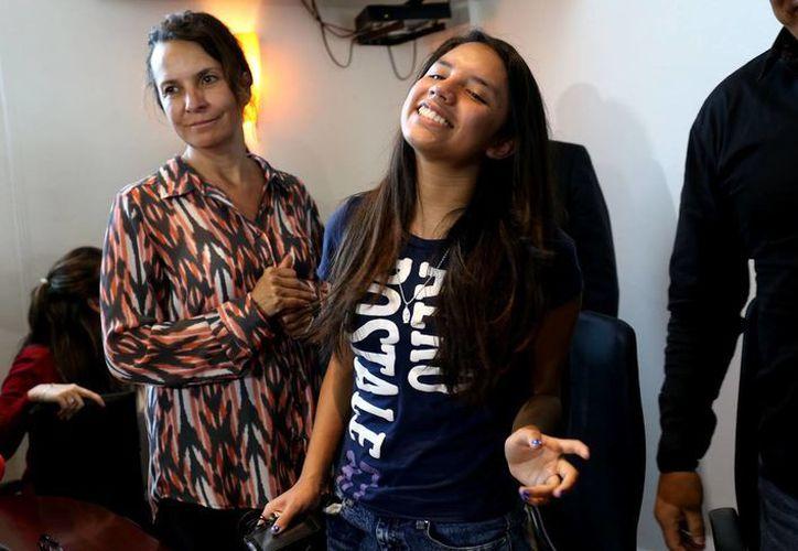 Alondra Luna Núñez sonríe durante la conferencia de prensa después de llegar al Aeropuerto Internacional de Guanajuato, en Silao proveniente de Houston, EU. (AP)