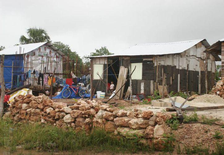 Quienes habitan en zonas irregulares, aluden que no tienen derecho a una vivienda a través de un crédito. (Harold Alcocer/SIPSE)
