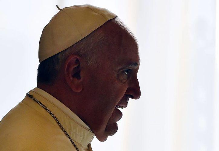 Papa Francisco llega a reunirse con el presidente de Malta, Marie-Louise Coleiro Preca durante una audiencia privada en el Vaticano. (Agencias)