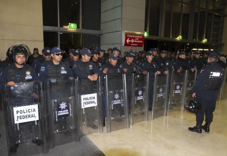Policías federales en el Centro Banamex del DF, que fue sede alterna de la Cámara de Diputados el 21 de agosto. (Notimex/Foto de archivo)