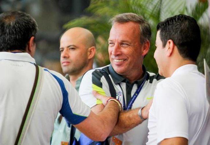 Pachuca, después de desprenderse de Jurguen Damm, contempla a dos jugadores extranjeros que militan en Europa para reforzar a los Tuzos. En la imagen, el vicepresidente tuzo Andrés Fassi durante el Draft 2015 del fútbol mexicano. (Notimex)