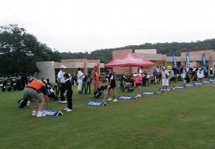 Los golfistas preparan sus equipos para iniciar la jornada. (Milenio Novedades)