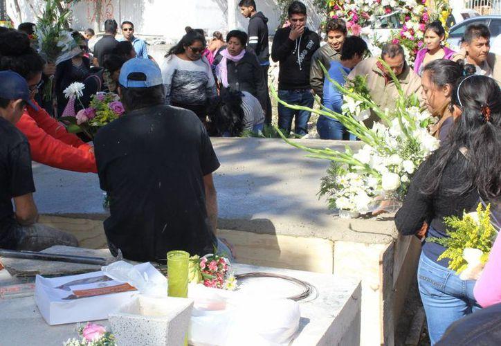 Ayer fueron sepultadas en Tulum, la subdirectora de Salud municipal, Nancy Jiménez y su madre. (Sara Cauich/SIPSE)