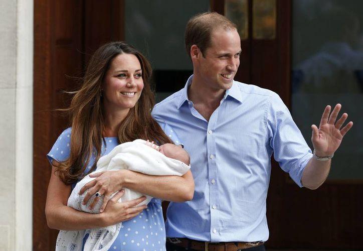 Kate y el príncipe Guillermo con su hijo Jorge, nacido en 2013, a las afueras del hospital St. Mary's en Londres. (Foto de archivo: AP)
