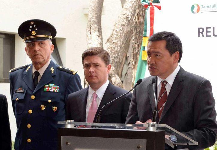 El titular de la Segob, Miguel Ángel Osorio Chong, acompañado del gobernador de Nuevo León, Rodrigo Medina, y Salvador Cienfuegos, secretario de la Defensa Nacional. (Notimex)