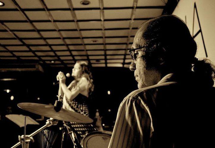 """""""Sin una buena batería no hay una buena banda"""", aseguró el músico Arturo Guzmán, quien ofrece un curso a menores y adultos en vacaciones. (Tomada del Facebook de Arturo Guzmán)"""