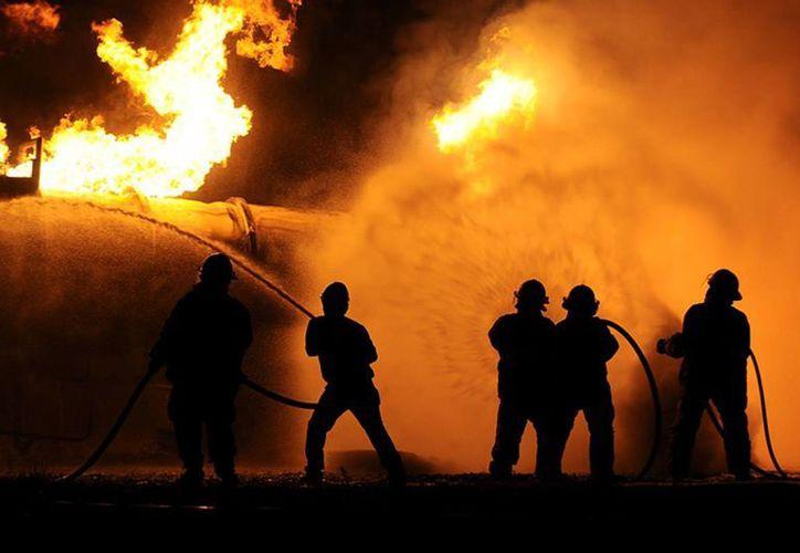 Dos personas murieron por la volcadura y explosión de una pipa que transportaba gas LP en Santa Catarina, Nuevo León. (diariopresente.com.mx)