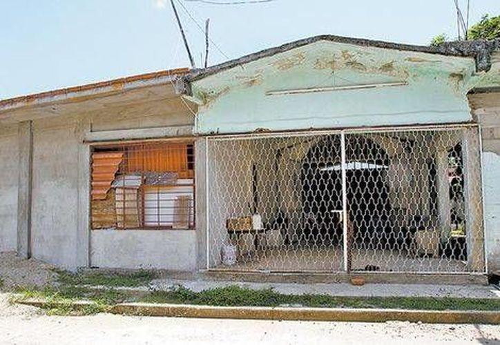 La capilla convertida en refugio para migrantes, en Huixtla, Chiapas,  está cerrada con cadenas y custodiada por un vigilante. (Milenio)