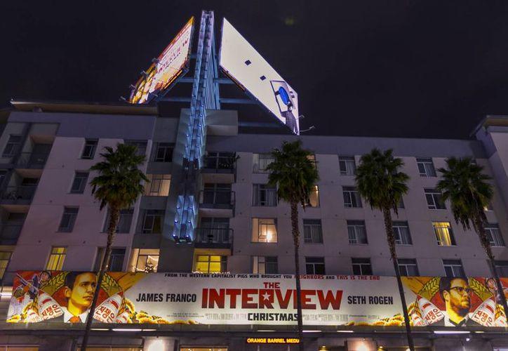 Un promocional de la película 'The Interview' cuelga de un edificio en Hollywood, Los Angeles, al tiempo que hackers han amenazado a cines si pasan en sus salas dicho filme. (Foto: AP)