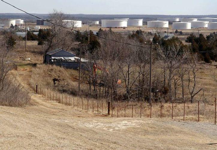 Foto del 1ro de febrero del 2012 que muestra tanques donde se almacena petróleo en Cushing, Oklahoma. (Agencias)