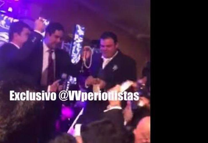 En las imágenes se puede ver a Nicolás Ernesto Maduro Guerra (c) bailando mientras los asistentes a la fiesta le lanzan dólares. (YouTube)